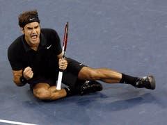 US Open 2007: Federer s. Djokovic 7:6 (7:4), 7:6 (7:2), 6:4Der damals erst 20-jährige Novak Djokovic zeigte sich in seinem ersten Grand-Slam-Final als guter Gegner von Roger Federer. Im ersten Satz kommt Djokovic zu drei Satzbällen, kann sie aber nicht nutzen. «Bei den wichtigen Punkten, hat Djokovic Fehler gemacht, das hat ihm das Spiel gekostet», analysierte Federer. Für Federer ist es der 12 Grand-Slam-Titel, damit zieht er mit Roy Emerson gleich.
