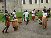 Eine virtuose Trommlertruppe mit der Flagge von Burundi gibt am Rand des Begegnungstags ein Ständchen auf dem Klosterplatz.