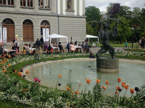 Vor dem Kunstmuseum: Das milde Wetter und Musikeinlagen liessen Besucherinnen und Besucher auch hier vor dem Museum verweilen.