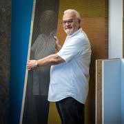 Der Uttwiler Archtitekt Fredy Iseli mit einigen seiner selbst entwickelten Waben-Baustoffe. (Bild: Reto Martin)