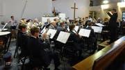 Roger Ender dirigiert die Stadtmusik und lässt sie in der Johanneskirche ein anspruchsvolles Konzert bieten. (Bild: Erwin Schönenberger)