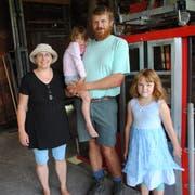 Anita und Max Wyrsch-Gwerder mit ihren beiden Töchtern Luzia (auf dem Arm) und Jasmin vor der Luftseilbahn Nechimatt-Diegisbalm. (Bilder: Rosmarie Berlinger, Diegisbalm, 17. Juli 2018)