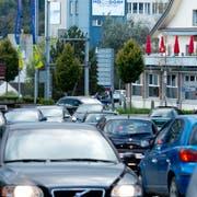 Zu Stosszeiten stauen sich die Autos in Hochdorf regelmässig. (Bild: Dominik Wunderli, 21. Oktober 2014)