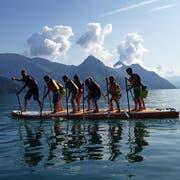 Die Teilnehmer des Stand-up-Paddling-Kurses hatten am eine Menge Spass. (Bild: Ferienpass Nidwalden, Buochs, 14. August 2019)