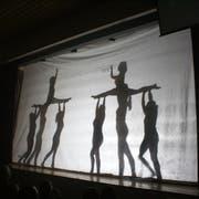 Die Turnerinnen zeigen ihre Nummer Black and White. (Bild: Viviane Vogel)