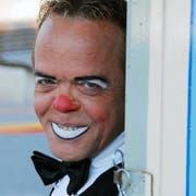 Peter Wetzel, besser bekannt als Clown Spidi, aufgenommen beim Zirkuszelt (undatierte Aufnahme).