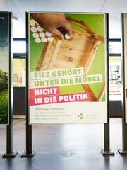 Das Plakat der Alternative-die Grünen im Zuger Bahnhof. (Bild: Stefan Kaiser (Zug, 18. Juni 2018))