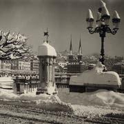 Schätzungsweise ein halber Meter Schnee türmt sich in Luzern auf diesem undatierten Bild. Doch die Stadt in einem weissen Kleid wird zu einem immer selteneren Anblick. (Bild: ETH Bibliothek ZH)
