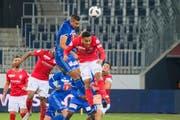 Seine Stärke liegt im Kampf: Lucas Alves (Mitte, blau) gegen Thuns Marvin Spielmann. (Martin Meienberger/Freshfocus (Luzern, 20. Oktober 2018)