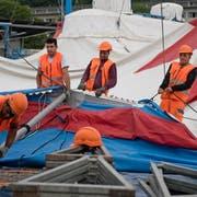 Arbeiter bauen auf der Allmend das Zirkuszelt auf. (Bild: Corinne Glanzmann (5. Juli 2018))