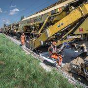 Die PM 1000 URM ist über ein Kilometer lang und ersetzt Schotter und Schiene gleichzeitig. (Bilder: Pius Amrein, Neuenkirch, 30. Juli 2019)
