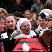 Späte Trauer: Im März 2014 beerdigen kosovarische Witwen die sterblichen Überreste von 19 identifizierten Männern, die beim Massaker in Krusha 1999 ums Leben gekommen sind. (Bild: Valdrin Xhemaj/Keystone)