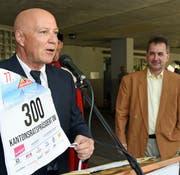 Der Alpnacher Gemeindepräsident Heinz Krummenacher (links) bei der Wahlfeier für Kantonsratspräsident Reto Wallimann. (Bild Robert Hess, 28. Juni 2019)