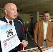 Der Alpnacher Gemeindepräsident Heinz Krummenacher (links) übergibt Reto Wallimann die Startnummer für das Inferno-Rennen Mürren 2020. (Bild: Robert Hess, Alpnach, 28. Juni 2019)
