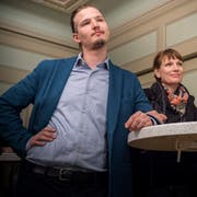 Bekanntgabe der Resultate am Wahlsonntag: CH-Kandidat Johannes Eiholzer neben CH-Gemeinderätin Salome Scheiben. (Bild: Andrea Stalder)