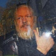 Julian Assange bei seiner Ankunft im Polizeibus vor dem Gericht in London. (Bild: EPA/STRINGER, 11. April 2019).