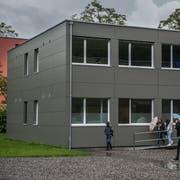 Lange als gute Lösung gepriesen: Ein modularer Schulbau im Einsatz auf der Krauerwiese. (Bild: Boris Bürgisser (Kriens, 3. Juni 2016))