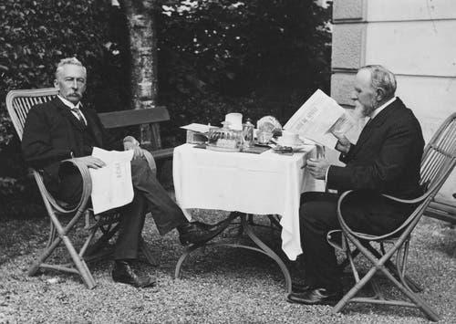 Carl Spitteler (rechts) liest «La Journale de Genève» bei Victor Gross, Arzt in La Neuveville im Jahr 1914. (Bild: Nachlass Carl Spitteler, Schweizerisches Literaturarchiv, Bern)