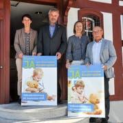 Vertreten das Komitee: Marina Bruggmann (Kantonsrätin SP), Andreas Guhl (Kantonsrat BDP), Rita Wenger-Lenherr (Stiftungsrätin) und Andrea Vonlanthen (Kantonsrat SVP). (Bild: Larissa Flammer)