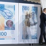 So sieht sie aus, die neue 100er-Note. Derzeit sind 134 Millionen Stück im Umlauf. Bild: Peter Klaunzer/Keystone
