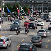 Ein alltägliches Bild der Luzerner Seebrücke. Der Stadtrat will, dass der Anteil des Autoverkehrs bis 2035 sinkt. (Bild: Keystone/Alexandra Wey)