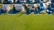 Ähnlich wie auf diesem Symbolbild zeigt sich die Situation am Schuppisweg in Frauenfeld. Schon bebaute Grundstücke grenzen an noch freies Bauland. (Bild: Benjamin Manser)