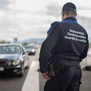 Ein Zöllner am Grenzübergang zwischen Österreich und der Schweiz beobachtet den Verkehr beim Grenzübertritt in die Schweiz. (Bild: Benjamin Manser)