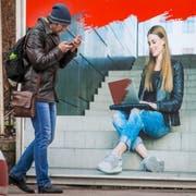 Bringt das neue Internetgesetz Sicherheit oder Zensur? Im Bild eine Plakatwerbung für schnelles Internet in St. Petersburg. (Bild: Dmitri Lovetsky/AP (11. April. 2019))