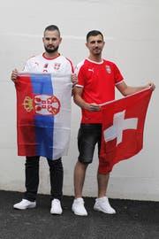 Die Schweiz spielt gegen Serbien: Nebojsa Aleksic (links) und Danijel Ristic fiebern live mit. (Bild: Florian Arnold (Altdorf, 18. Juni 2018))