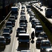 Kein Fortschritt seit 1990, im Gegensatz zu Gebäuden und Industrie: Der Verkehr kommt beim Klimaschutz beim Fleck. (Bild: KEYSTONE/Laurent Gillieron)