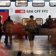 Trotz gut gefüllter Züge zu den Stosszeiten: Die Bahnpendler sind gegenüber den Autopendlern in der Minderheit. (KEYSTONE/Jean-Christophe Bott)
