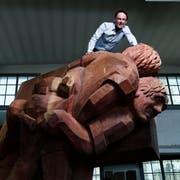 Holzbildhauer Stephan Schmidlin auf seiner ESAF-Skulptur. (Bild: Stefan Kaiser (Cham, 20. Juni 2018))