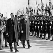 Neville Chaberlains Tragödie: Er (2. von rechts) kann 1938 in München Adolf Hitler (links) vom Krieg abbringen und dennoch den Frieden nicht retten. Bild: Keystone