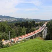 Grossbaustelle: Sicht vom Hügel über dem Sturzeneggtunnel auf das Sitterviadukt. (Bild: Marlen Hämmerli)