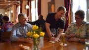 «Weinberg»-Geschäftsführerin Jessica Lüthi bedient in der Gaststube ihre Kundschaft. (Bild: Evi Biedermann)