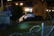 Die Irrfahrt der 53-Jährigen endete auf einer Stützmauer. (Bild: Zuger Polizei)