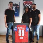 Salija, Mirjeta und Sanel Ademi sind stolz auf ihren Sohn und Bruder Kemal Ademi. Im Wohnzimmer der Familie hängen eingerahmt verschiedene Trikots des Profifussballers.(Bild: Alessia Pagani)