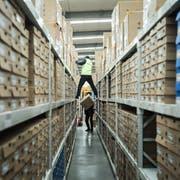 Arbeiter in einem Lager in der chinesischen Grossstadt Shanghai der Logistikfirma Best Inc., die Alibaba beim Versand unterstützt. Bild: Qilai Shen/Bloomberg (6. November 2017)