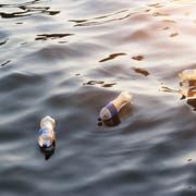 Zerfallen grössere Kunststoffteile wie diese Flaschen durch Sonne, Wasser und Wind, entsteht Mikroplastik. Bild: Getty