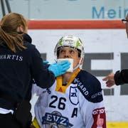 Reto Suri wird nach dem brutalen Check von Adam Almquist noch auf dem Eis behandelt. (Bild: Keystone/Anthony Anex (Bern, 11. April 2019))
