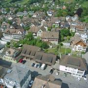 Diese zwei Häuser und die Garagen an der Bankstrasse in Weinfelden gehören der Gemeinde. Ihr Verkauf an eine Zuger Investorenfirma ist umstritten. (Bild: Mario Testa)