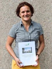 Woba-Vorstandsmitglied Judith Kern mit ihrer Masterarbeit. (Bild: Samuel Koch)