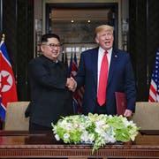 Historischer Handschlag: Nordkoreas Machthaber Kim Jong Un und US-Präsident Donald Trump. (Bild: Evan Vucci/AP (Singapur, 12. Juni 2018))