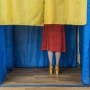 Eine Frau gibt in Kiew ihre Stimme ab. (Bild: Brendan Hoffman/Getty, 21. Juli 2019)