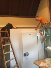Eigenhändig bauen die Vereinsmitglieder die Kühlzelle auf. (Bild: PD)