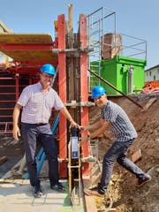 Markus und Fredy Willi bei der Grundsteinlegung. (Bild: Angelina Donati)