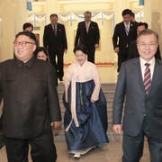 Südkoreas Präsident Moon Jae-in (rechts) und der nordkoreanische Führer Kim Jong Un verlassen das Grand Theatre von Pjöngjang. (Bild: Pyongyang Press Corps Pool via AP)