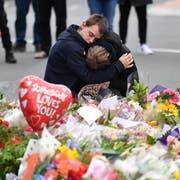 Trauernde in den Strassen von Christchurch. (Bild: EPA/MICK TSIKAS)
