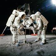 Armstrong und Aldrin trainieren 1969 im Kennedy Space Center in Florida – später behaupten Verschwörungstheoretiker, die Fotos auf dem Mond seien so nachgestellt worden. (Bild: Nasa)