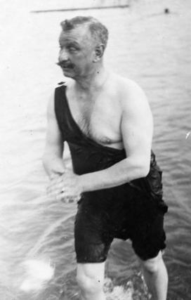 Anschliessend springt Andreas Zimmermann ins Wasser. (Bild: Gemeinde Weggis)